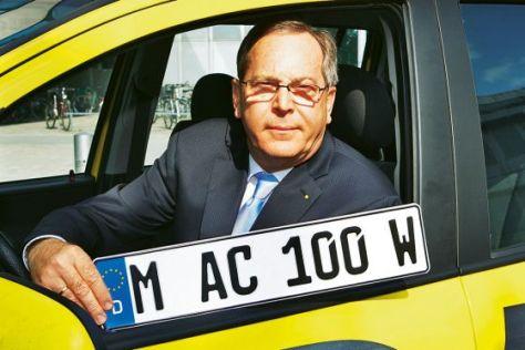 ADAC-Präsident Peter Meyer mit Wechselkennzeichen