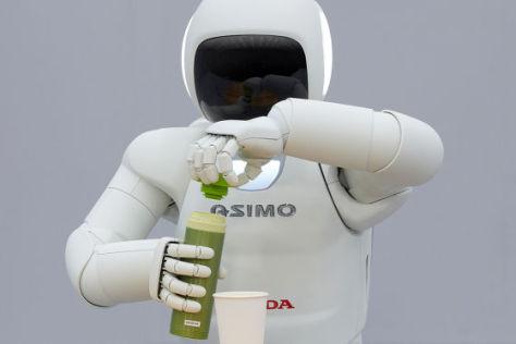 Asimo mit Flasche und Becher
