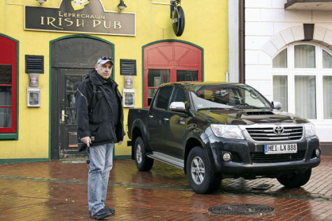 Oliver Kuhlmann mit seinem Toyota Hilux
