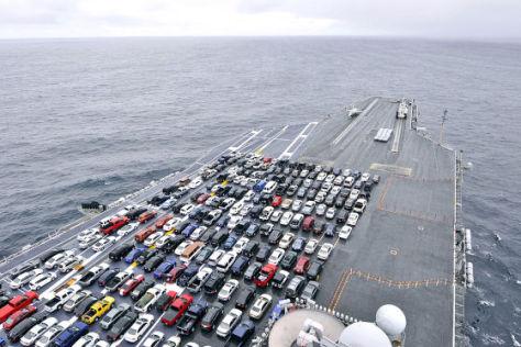 Flugzeugtr Ger Transportiert Autos Der Teuerste Parkplatz Der Welt