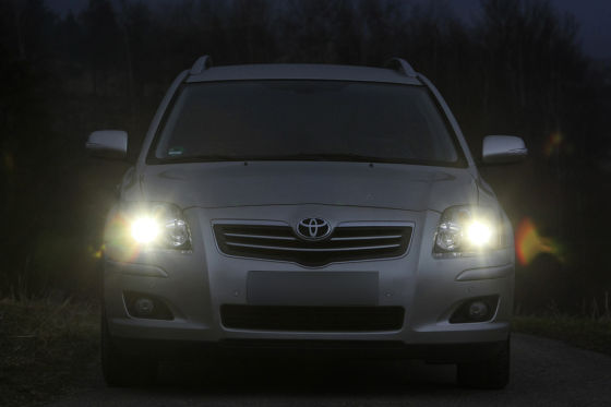 Toyota Avensis im Dunkeln