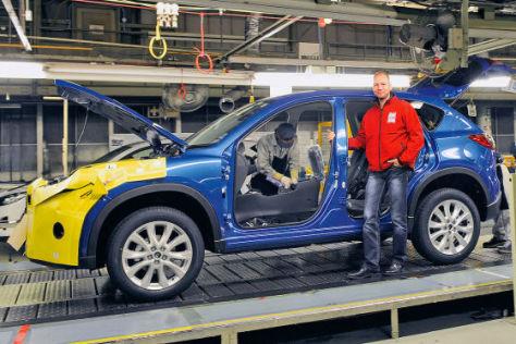 AUTO BILD-Leser Marco Zappe am Fließband des Mazda CX-5