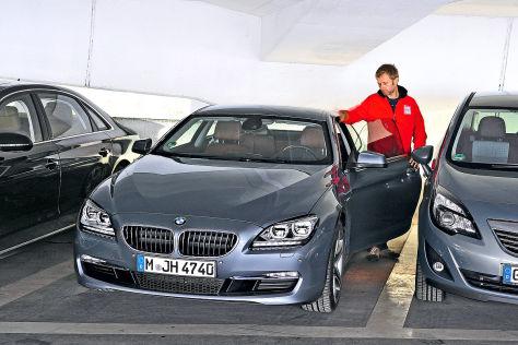 BMW 6er auf engem Parkplatz