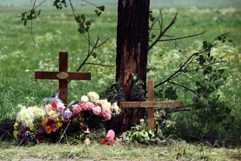 Kreuz am Straßenrand für Verkehrsopfer