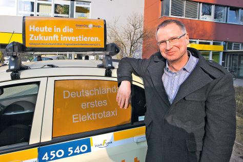 Christian Hess am Mitsubishi i-Miev als E-Taxi