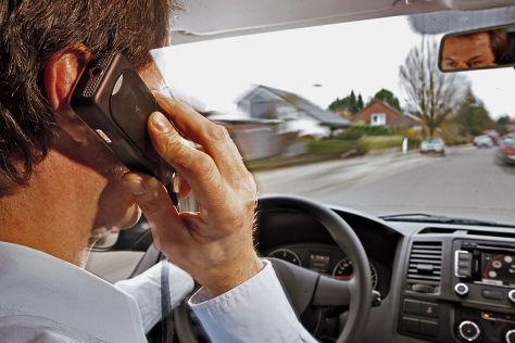 Handy am Ohr während der Fahrt