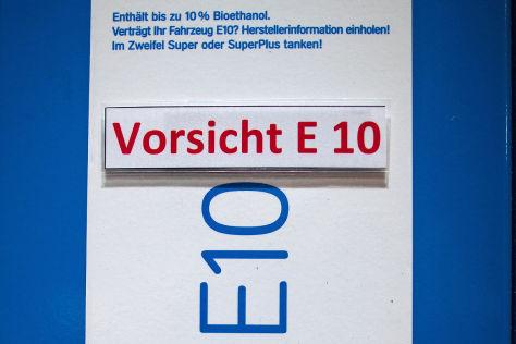 """""""Vorsicht E10"""" ist an einer Zapfsäule einer Tankstelle in Berlin angeschrieben"""