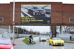 Insignia-Werbung am Opel-Werk in Rüsselsheim