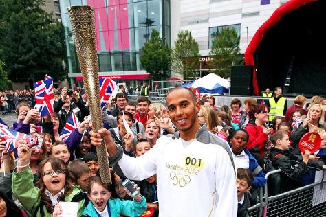 Lewis Hamilton mit olympischer Fackel