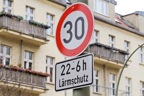 Verkehrschild Tempo 30 22-6 Uhr