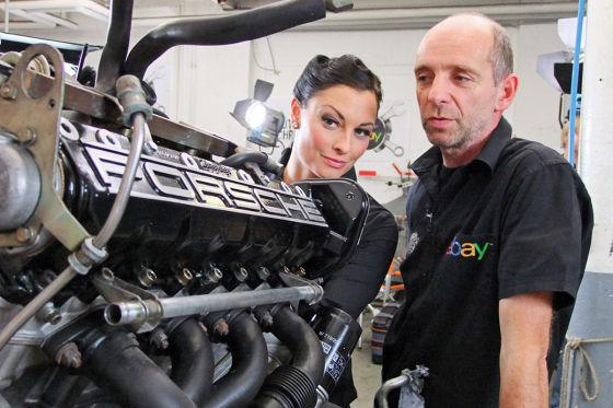 Lina Van de Mars und Kalle Lawski am ausgebauten Porsche-Motor.
