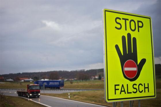 Warnschild an einer Autobahnauffahrt