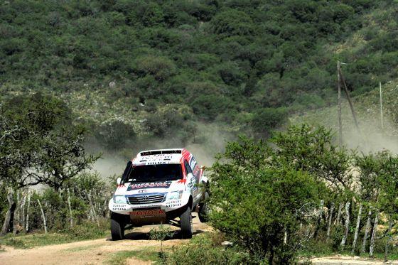 Giniel de Villiers aus Südafrika und sein deutscher Co-Pilot Dirk von Zitzewitz im Toyota Hilux auf der zehnten Etappe der Rallye Dakar 2013