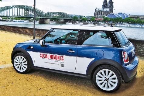 Mini mit Werbung, Kölner Dom im Hintergrund