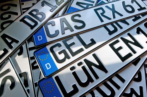 KFZ-Kennzeichen mit den Abkürzungen CAS für Castrop, GEL für  Geldern, LÜN für Lünen