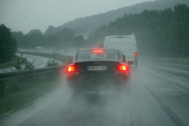 Raser auf der Autobahn im Regen