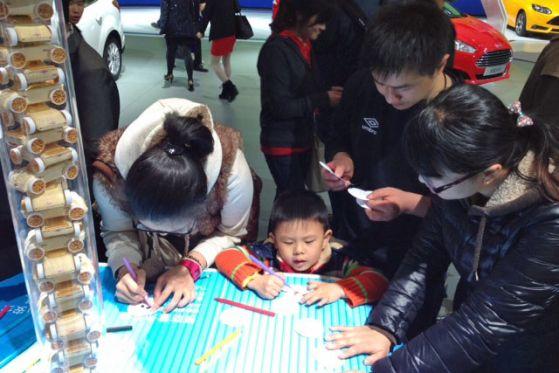 Familie auf der Auto Shanghai