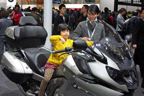 Kleine Chinesin auf Motorrad