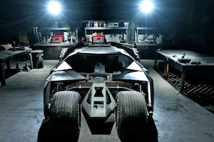 Batman Tumbler Replika Batmobil vorne