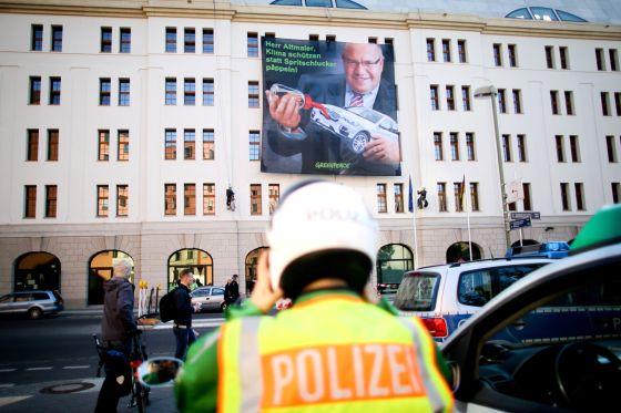 Greenpeace-Plakat am Bundesumweltmisterium in Berlin