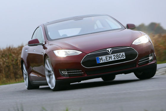 Tesla Model S fahrend Frontansicht