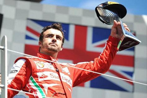 Fernando Alonso reckte den Pokal für Rang zwei in Montreals Sonnenschein