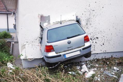 Unfall Im Schwarzwald Mit Dem Golf Durch Die Wand Autobild De
