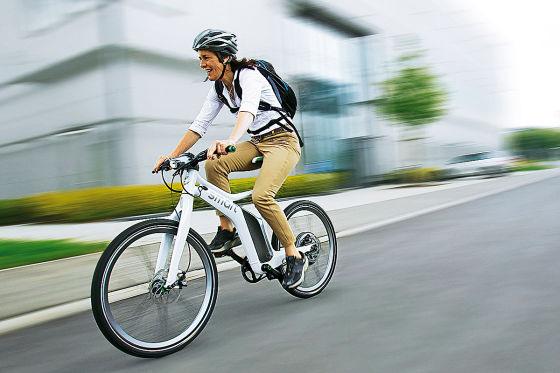 Fahrradfahrerin mit Helm