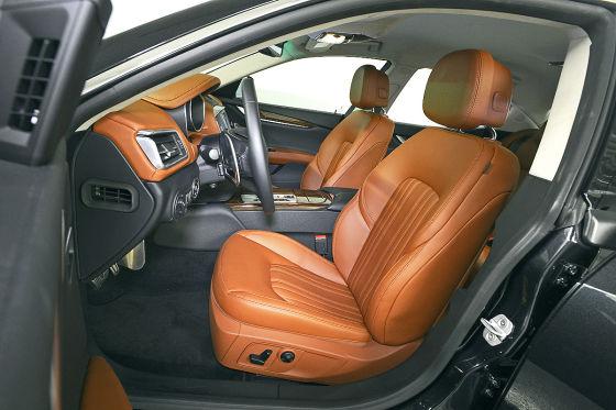 Maserati Ghibli  silber Sportwagen