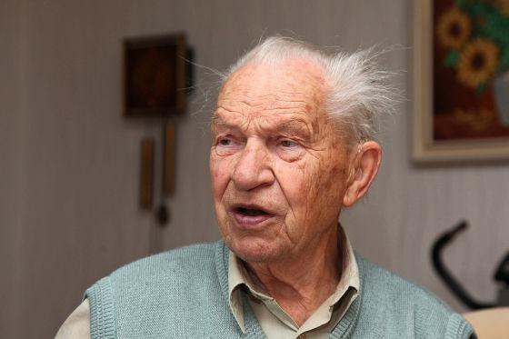 Manfred E. (89), Nachbar von Michael K.