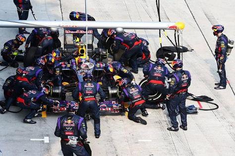 Beim Boxenstopp von Mark Webber hatte ein Kameramann Glück im Unglück