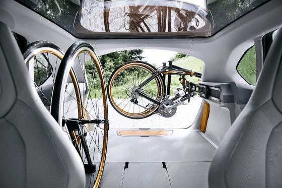 BMW Concept Active Tourer Outdoor Innenraum mit Fahrradträgersystem