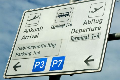 Verkehrsschild am Flughafen