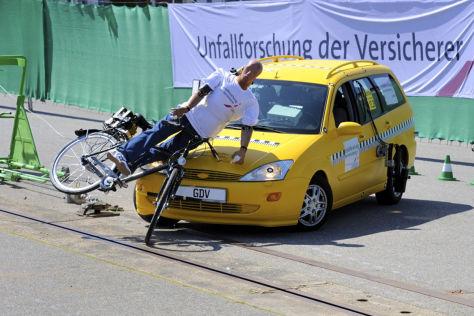 Crashtests des UDV mit einem Auto- und einem Radfahrer