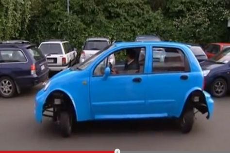 Auto parkt quer ein