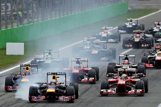 Formel-1-Feld nach dem Start beim Großen Preis von Italien