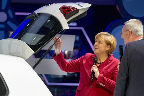 Bundeskanzlerin Angela Merkel lässt bei der Eröffnung der IAA von VW-Chef Martin Winterkorn den E-Golf zeigen