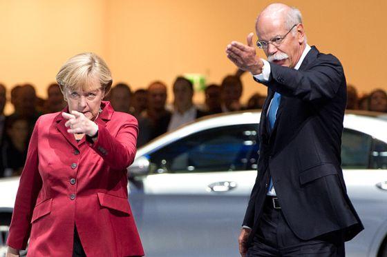 Bundeskanzlerin Angela Merkel mit Daimler-Chef Dieter Zetsche auf dem Mercedes-Stand