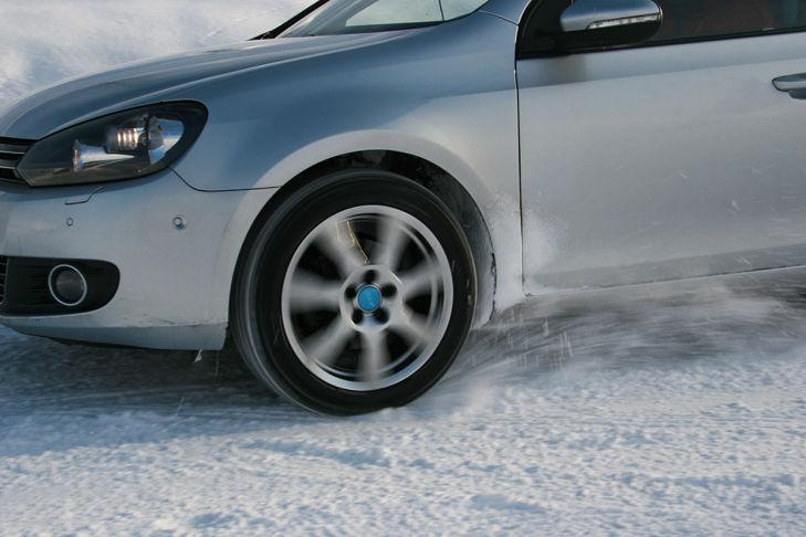 Reifentest Traktion Schnee