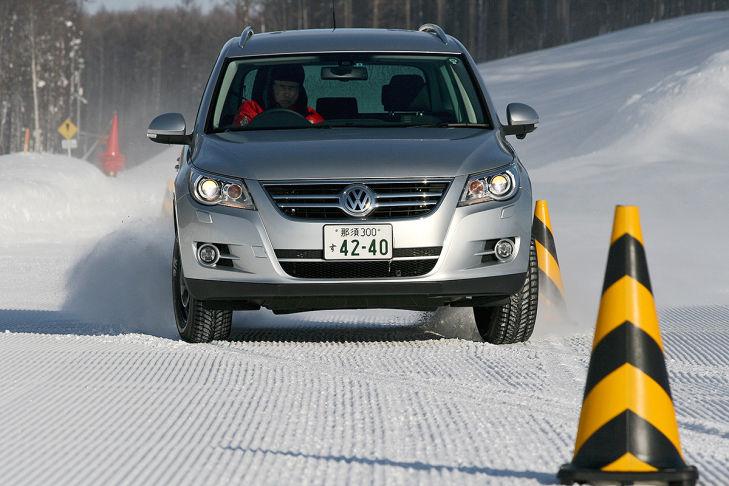 Winterreifen-Test: Slalom auf Schnee