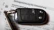 KFZ-Versicherung - Ein Autoschlüssel liegt auf einer Beitragsrechnung einer Kfz-Versicherung.