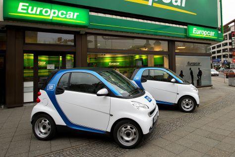 Car2Go-Autos vor einer Europcar-Filiale