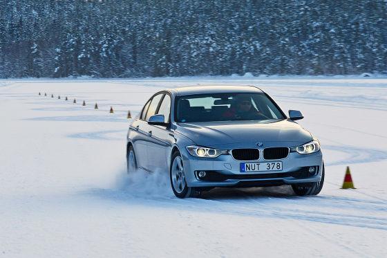 BMW 3er beim Winterreifen-Test im Schnee