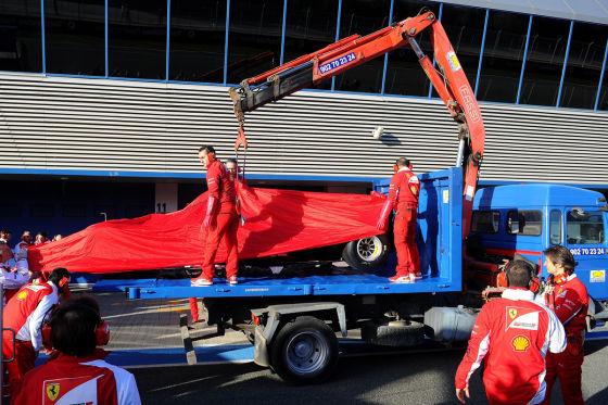 Ferrari F14T von Kimi Räikkönen wird abgeschleppt