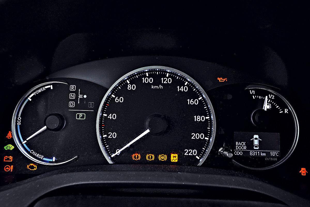 Lexus CT 200h: Tacho und Hybridanzeige