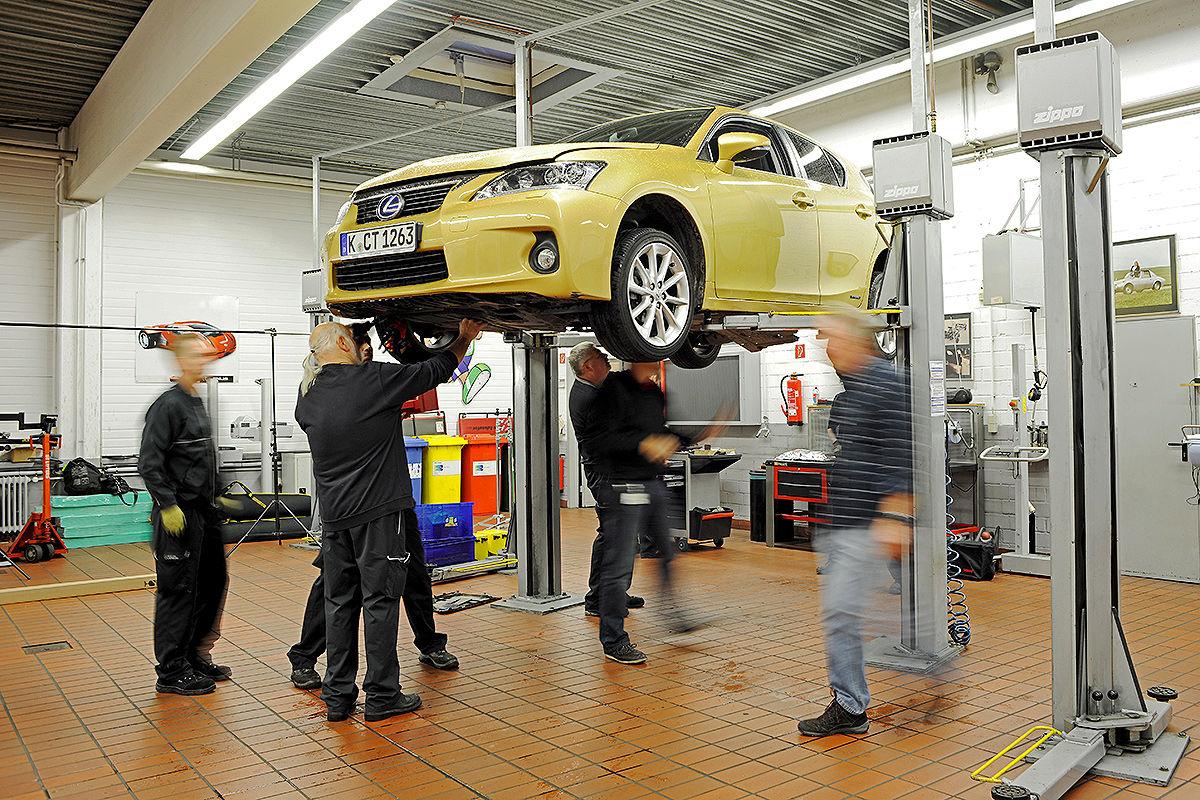 Lexus CT 200h auf der Hebebühne, AUTO BILD-Dauertest