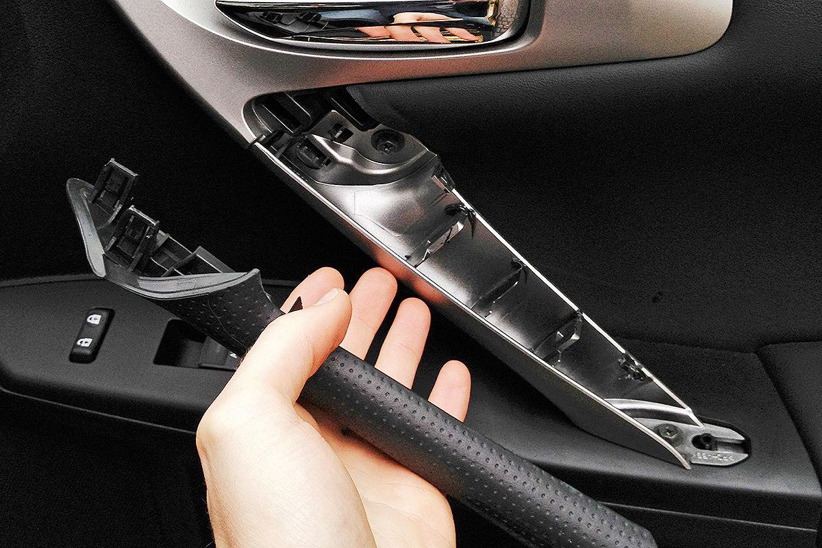 Lexus CT 200h: gelöste Griffblende an der Beifahrertür