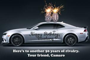 Camaro gratuliert Mustang