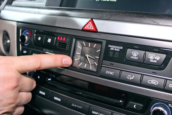 Uhr im Cockpit Hyundai Genesis