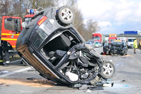Das Auto eines Geisterfahrers liegt am 11.01.2013 nach einem Unfall auf der A92 bei Freising auf dem Dach